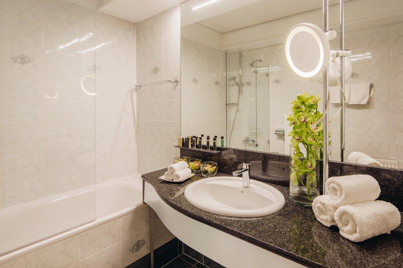 grand_hotel_union_deluxe_bathroom_1_foto_marko_delbello_ocepek_1463562890049